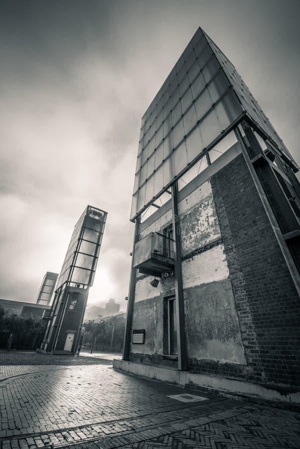 Costruzione contro il cielo drammatico fotografia stock