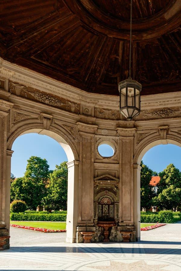 Costruzione a cupola storica nel parco immagini stock libere da diritti