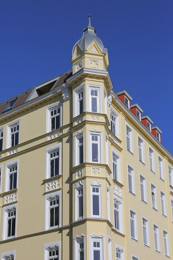 Costruzione d'angolo a partire dal tempo di Art Nouveau fotografia stock libera da diritti