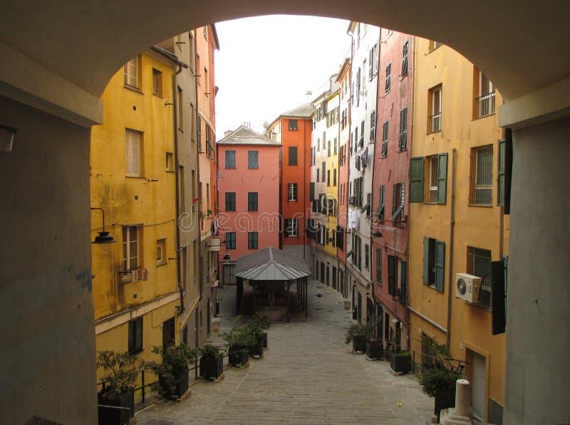 Costruzione d'annata colorata luminosa nella vecchia città di Genova immagini stock