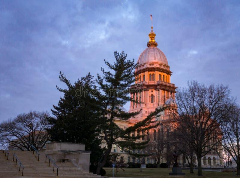 Costruzione del Campidoglio dello stato di Illinois con gli alberi a Springfield Illinois ad alba con cielo blu fotografia stock