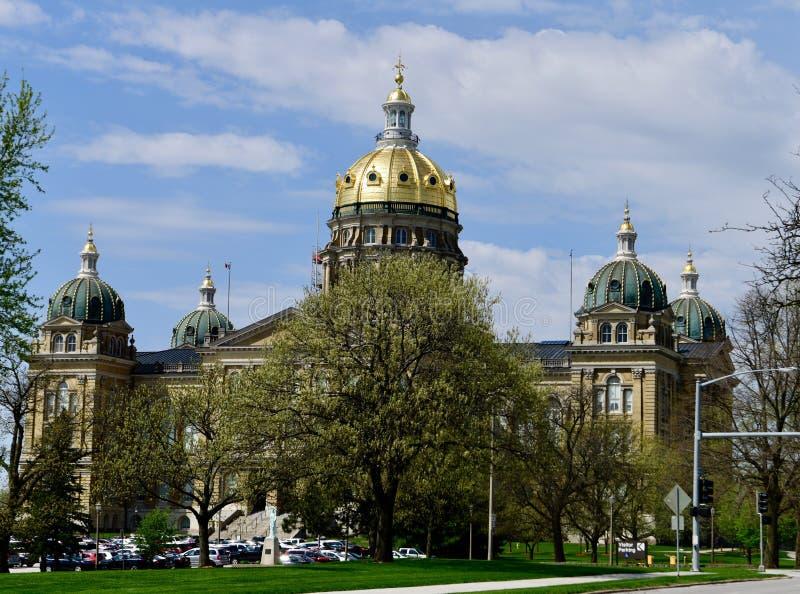 Costruzione del Campidoglio dello stato dello Iowa che tesse sopra gli alberi di fioritura fotografie stock