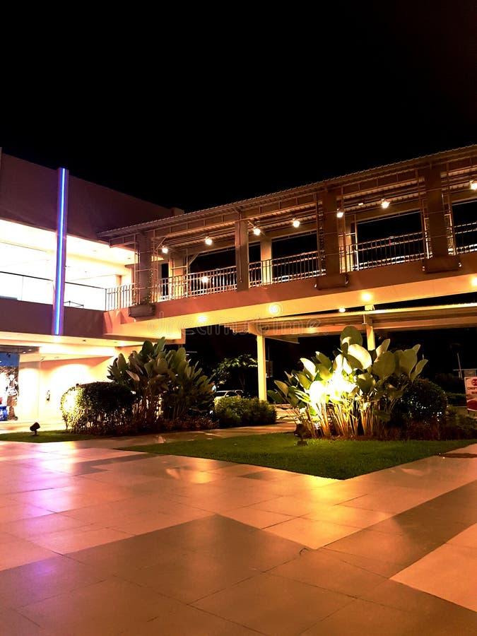 Costruzione del centro commerciale con le luci notturne fotografie stock