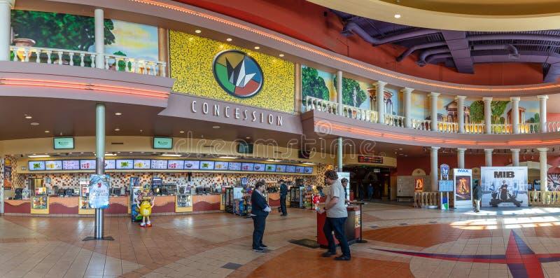 Costruzione del cinema al villaggio di Bridgeport, centro commerciale nella città di Tigard, Oregon immagini stock