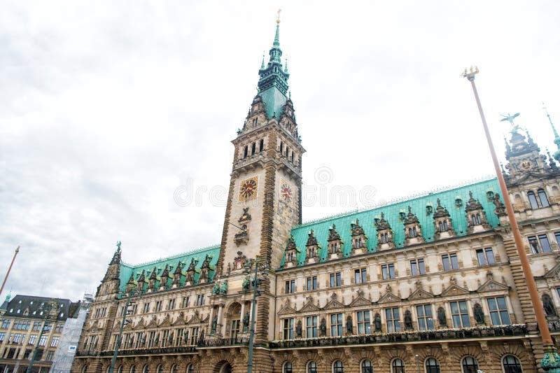 Costruzione del comune di Amburgo con la torre sul cielo nuvoloso, Germania fotografie stock libere da diritti