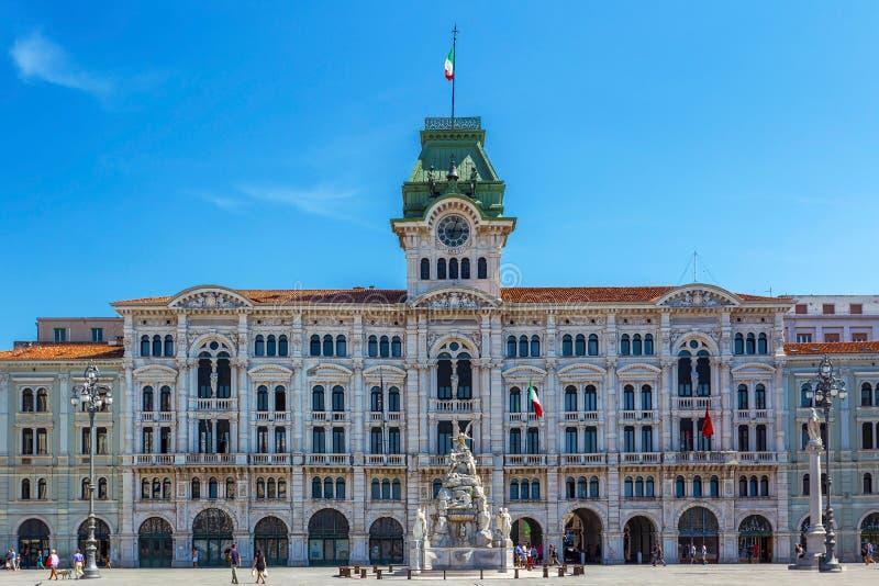 Costruzione del comune su Trieste, Italia fotografia stock
