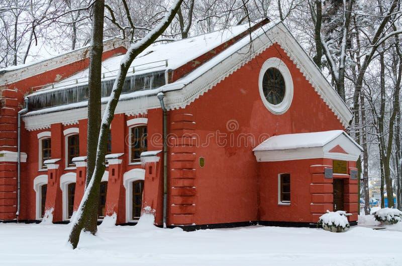 Costruzione del giardino di inverno in parco innevato, Homiel', Bielorussia immagine stock libera da diritti