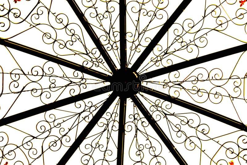 Costruzione del metallo, modelli di fiore dorati su fondo bianco immagini stock