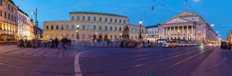 Costruzione del museo di Residenz su Massimo-Joseph-Platz alla notte, Munic immagini stock libere da diritti