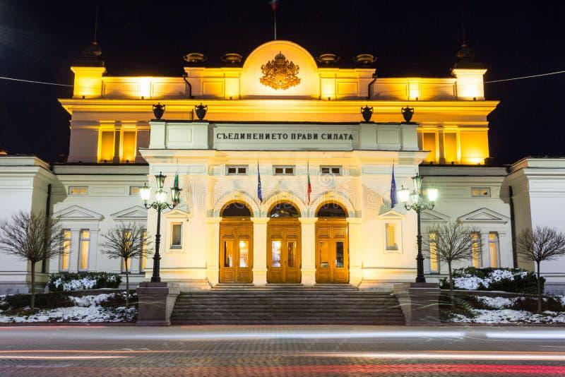 Costruzione del Parlamento alla notte a Sofia, Bulgaria immagini stock libere da diritti
