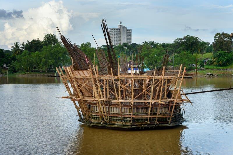 Costruzione del ponte dorato sul fiume di Sarawak in Kuchin fotografia stock libera da diritti