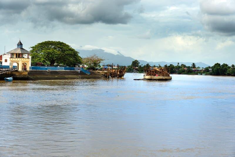 Costruzione del ponte dorato sul fiume di Sarawak in Kuchin immagini stock