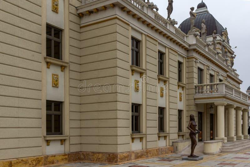 Costruzione del teatro nazionale macedone in città di Skopje, Repubblica di Macedo fotografia stock