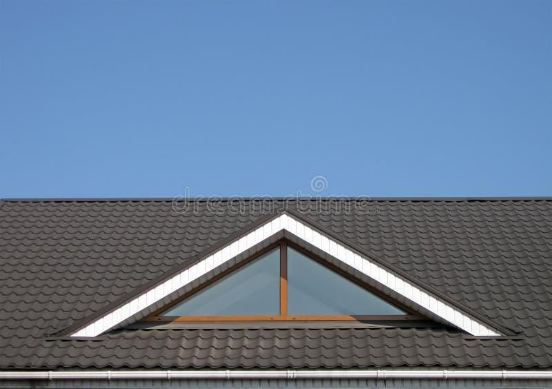 Costruzione del tetto di mattonelle del Brown, cielo blu, immagini stock libere da diritti
