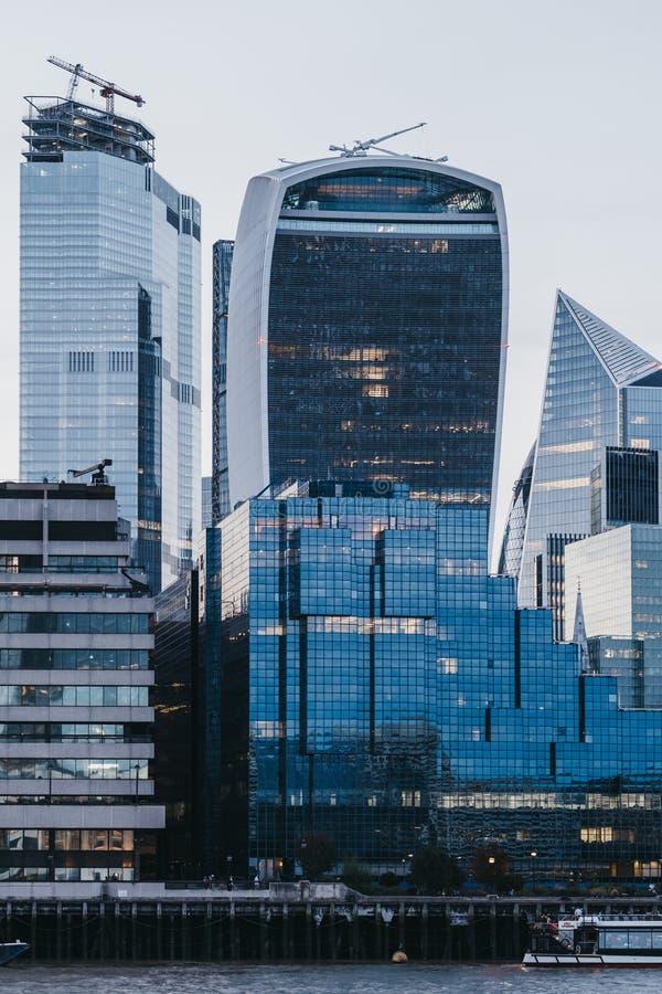 Costruzione del walkie-talkie e costruzioni moderne della città di Londra, Regno Unito, durante l'ora blu immagini stock libere da diritti