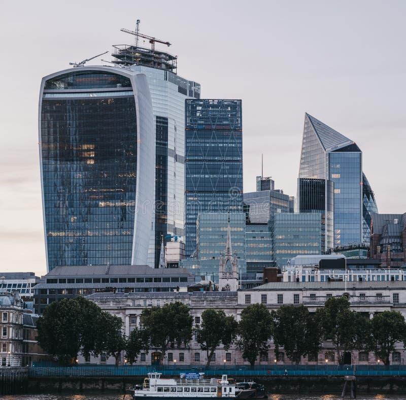 Costruzione del walkie-talkie e costruzioni moderne della città di Londra, Regno Unito, durante l'ora blu immagine stock