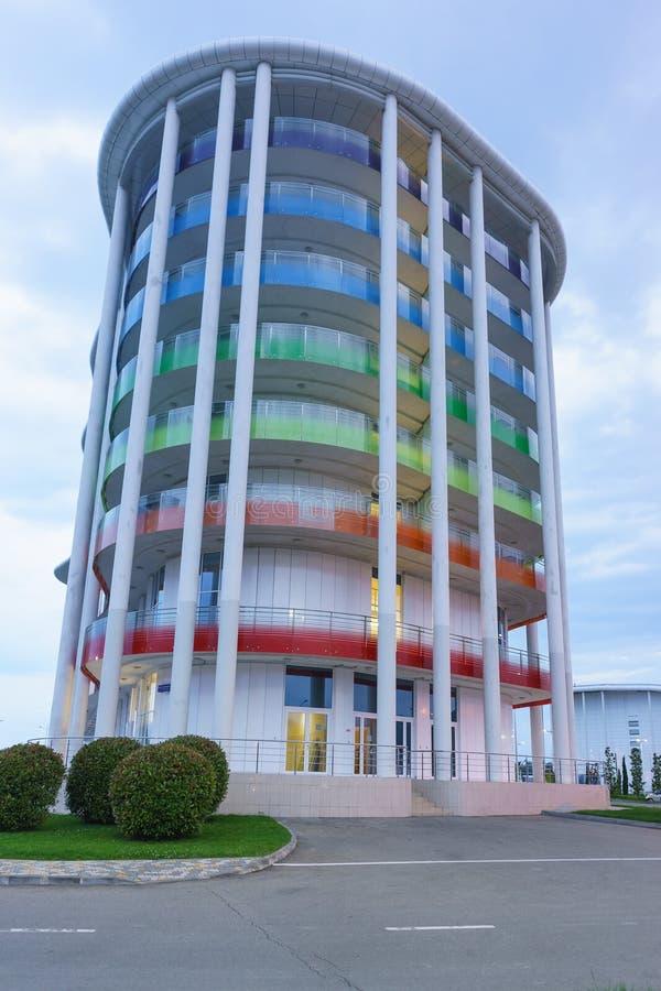 Costruzione dell'arcobaleno dell'hotel a tre stelle comodo di Tulip Inn Omega sul viale olimpico della pianura di Imereti del dis immagine stock libera da diritti