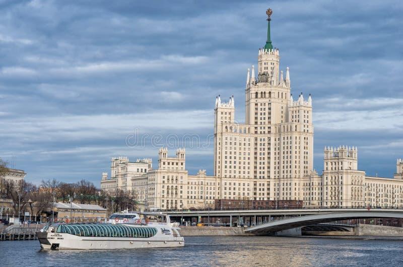 Costruzione dell'argine di Kotelnicheskaya, Mosca La Russia fotografia stock