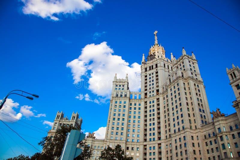 Costruzione dell'argine di Kotelnicheskaya a Mosca in Russia fotografie stock libere da diritti
