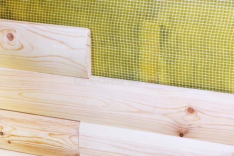 Costruzione dell'edificio della nuova casa Installazione del rivestimento murale di legno del raccordo sopra la membrana d'imperm immagine stock libera da diritti
