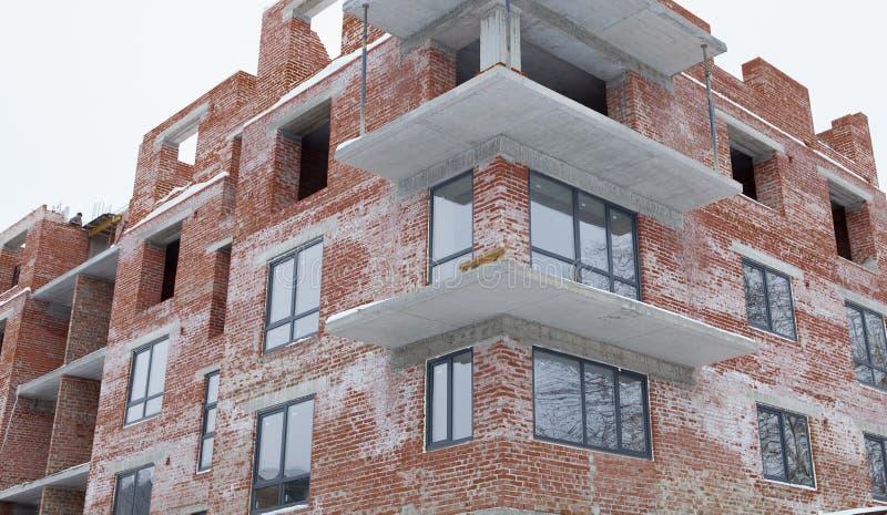 Costruzione della casa nuova, una nuova costruzione, una casa variopinta per vita Sviluppo di zona residenziale Concetto di cresc fotografia stock libera da diritti