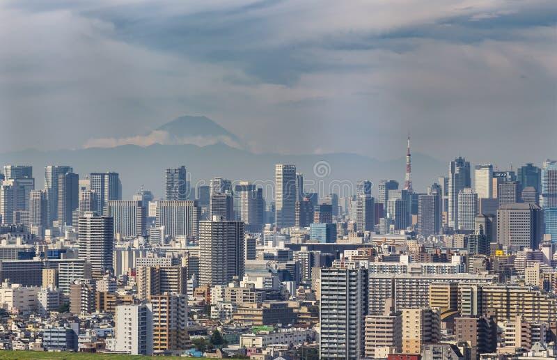 Costruzione della città di Tokyo con la torre di Tokyo e orizzonte del moun di Fuji immagine stock libera da diritti