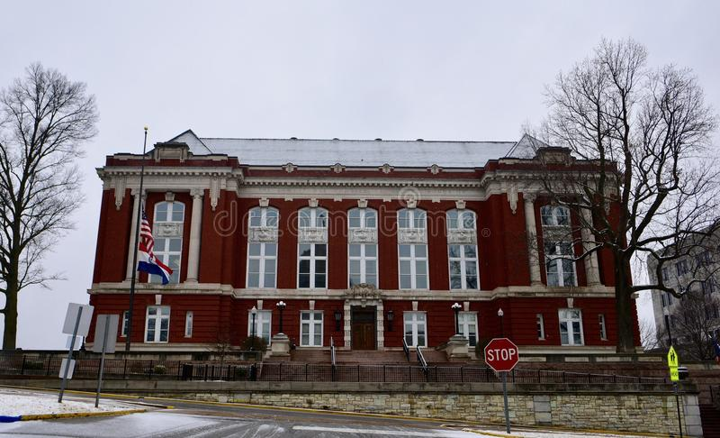 Costruzione della corte suprema dello stato del Missouri nella neve di caduta fotografia stock libera da diritti