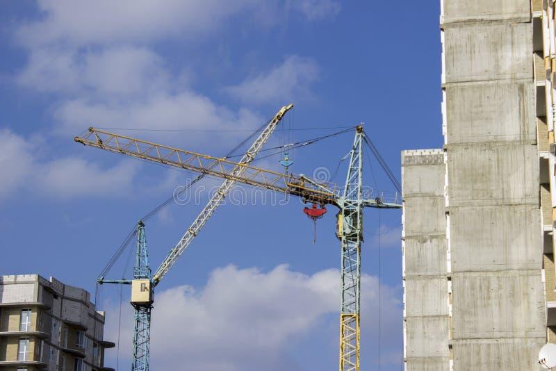 Costruzione della costruzione e della gru Grande gru di costruzione e fotografia stock libera da diritti
