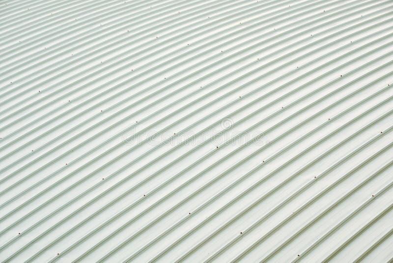 Costruzione della curva del tetto della lamina di metallo Modello ordinato di coprire metalsheet, grandi costruzioni fotografia stock libera da diritti