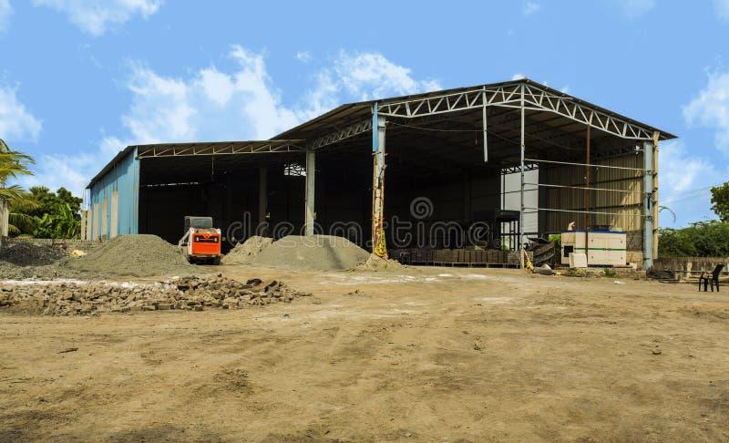 Costruzione della fabbrica esteriore con il magazzino Produzione industriale dei prodotti del cemento Concetto di fabbricazione d fotografia stock libera da diritti