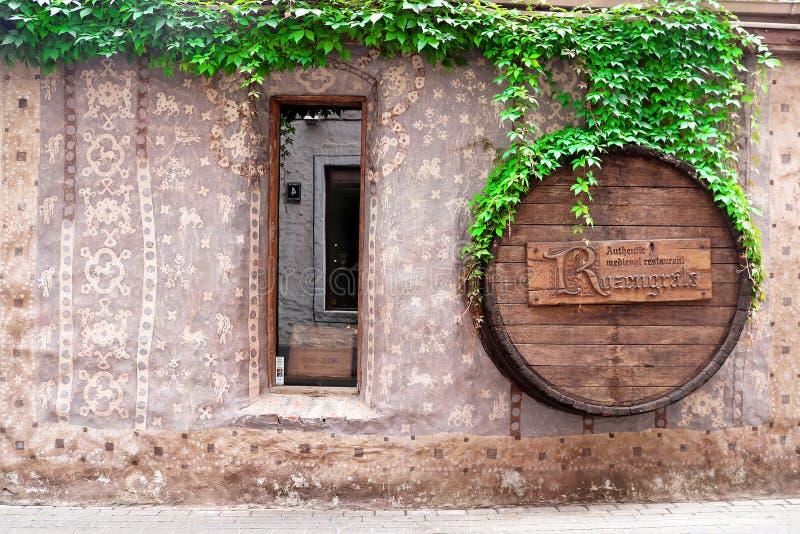 Costruzione della facciata del caffè di Rozengrals, Riga, Lettonia immagine stock libera da diritti