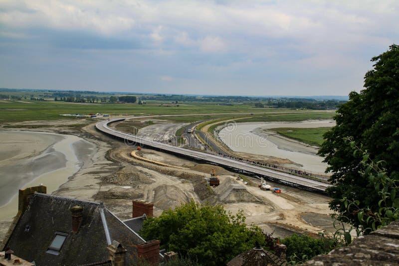 Costruzione della strada che collega l'isola di Mont Saint Michel con il continente fotografia stock libera da diritti