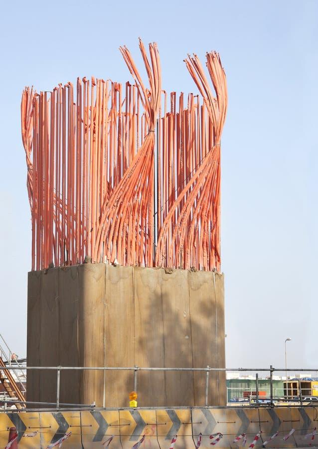 Costruzione delle colonne del calcestruzzo di rinforzo fotografia stock libera da diritti