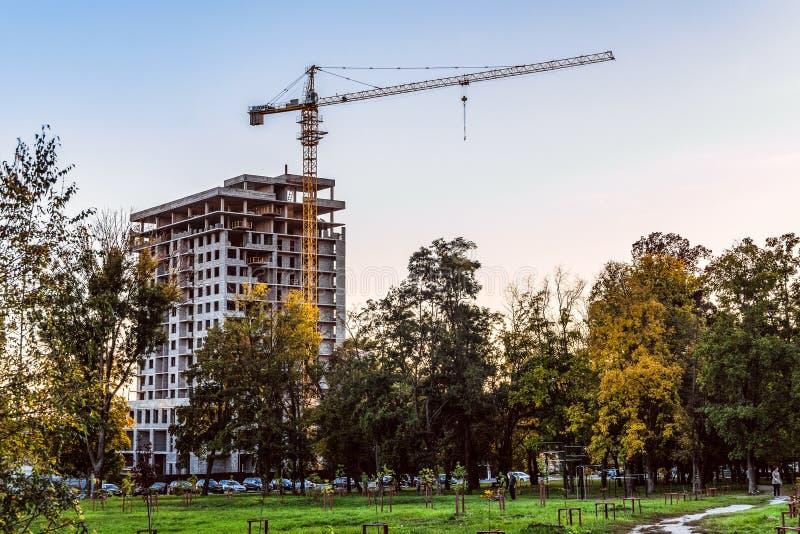 Costruzione di alloggi nella città di Belgorod Cantiere di sera immagini stock libere da diritti