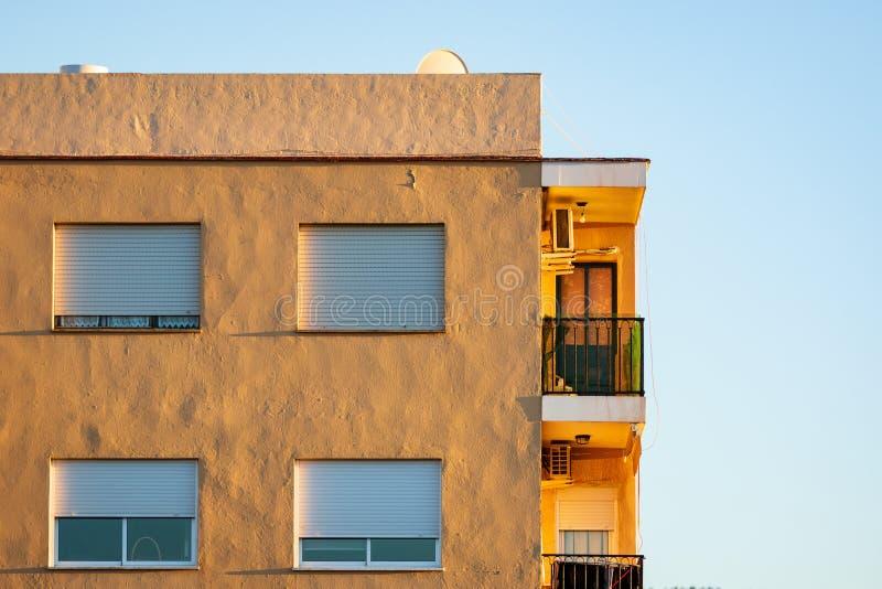 Costruzione di apartament dell'ultimo piano alla luce di tramonto fotografie stock libere da diritti