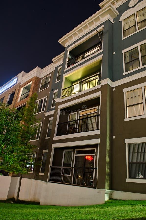 Costruzione di appartamento alla notte immagini stock libere da diritti