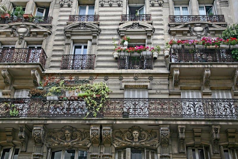 Costruzione di appartamento con l'architettura del XIX secolo decorata tipica di Parigi centrale fotografie stock