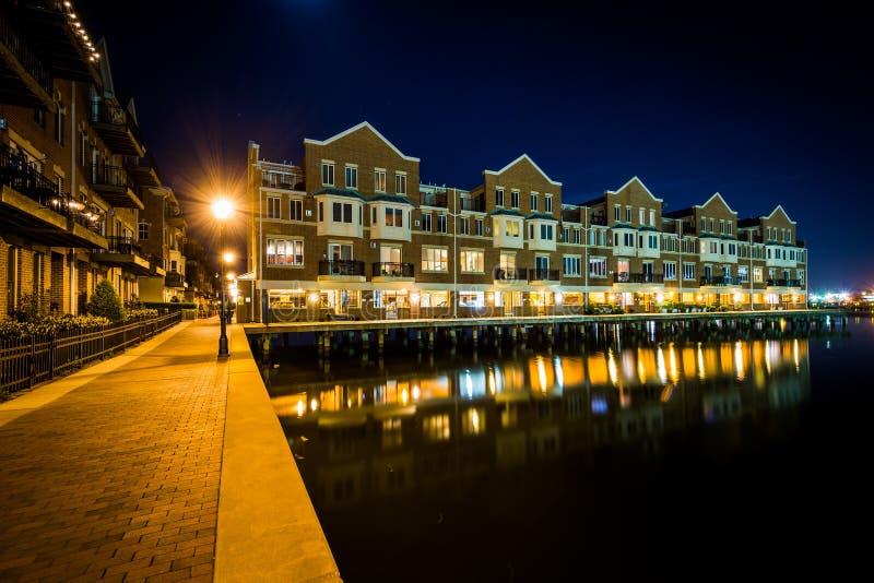 Costruzione di appartamento di lungomare alla notte, nel cantone, Baltimora, mA fotografia stock