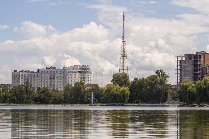 Costruzione di appartamento in costruzione e residenziale sulla sponda del fiume Proprietà nell'area ecologica immagine stock
