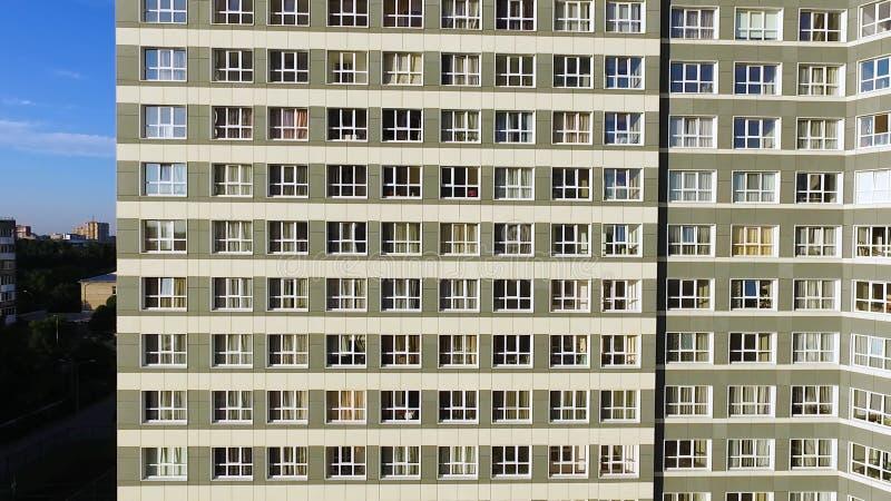 Costruzione di appartamento esecutiva moderna e nuova clip Una grande finestra in una costruzione di appartamento Molte finestre  fotografie stock libere da diritti