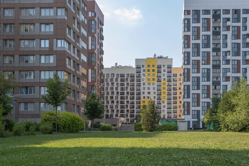 Costruzione di appartamento moderna con le facciate variopinte sulle periferie della citt? Complesso residenziale ?nella foresta  fotografia stock libera da diritti
