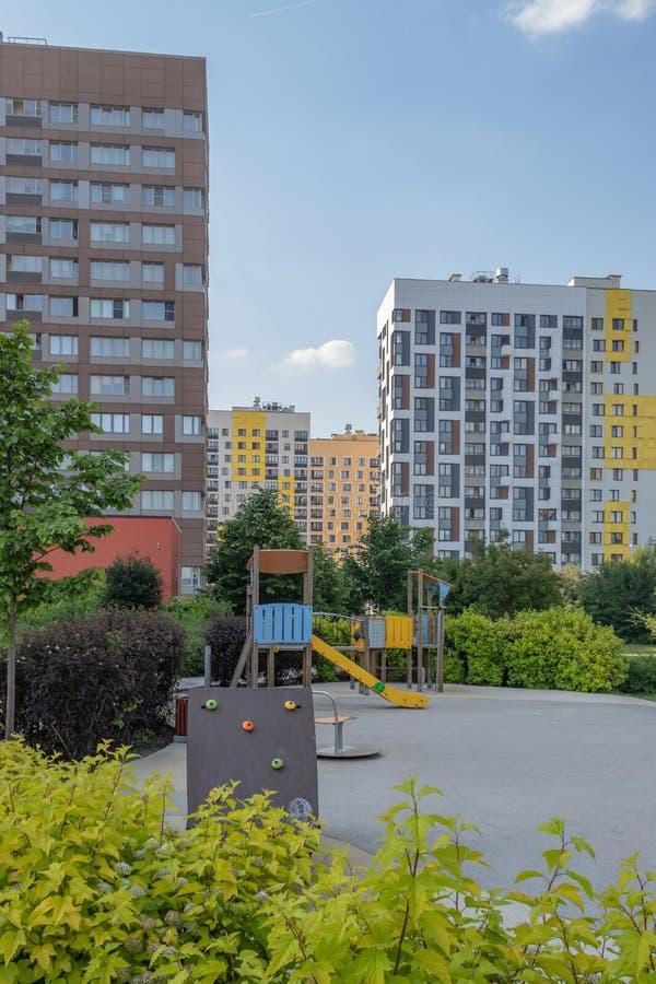 Costruzione di appartamento moderna con le facciate variopinte sulle periferie della citt? Complesso residenziale ?nella foresta  immagini stock libere da diritti