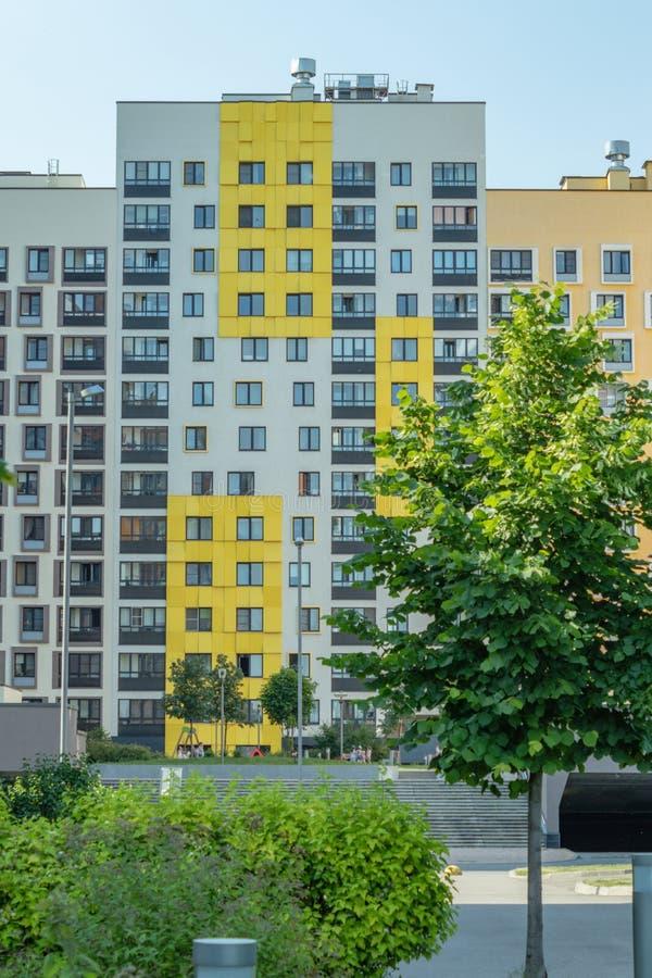 Costruzione di appartamento moderna con le facciate variopinte sulle periferie della citt? Complesso residenziale ?nella foresta  immagini stock