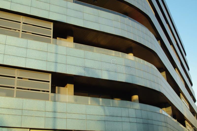 Costruzione di appartamento moderna in un centro città fotografia stock
