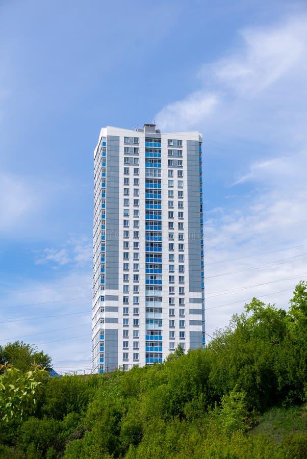 Costruzione di appartamento multipiana economica moderna immagini stock