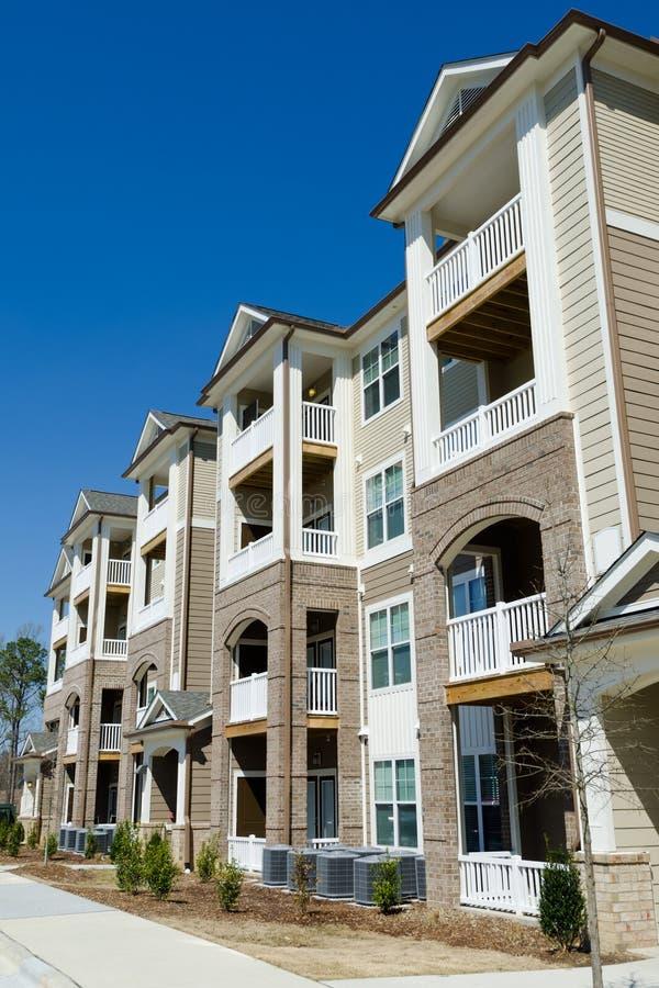 Nuova costruzione di appartamento nella zona suburbana immagine stock