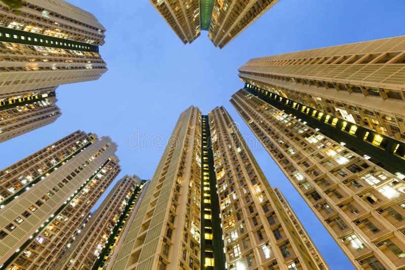 Costruzione di appartamento residente dall'angolo basso fotografie stock libere da diritti