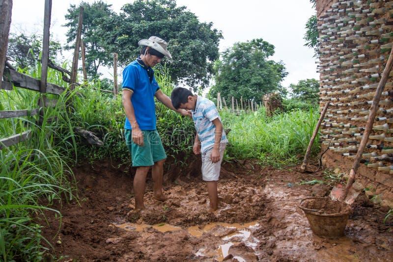 Costruzione di casa del fango fotografia stock libera da diritti