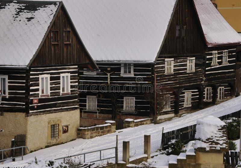 Costruzione di ceppo rustico europea nell'inverno immagini stock