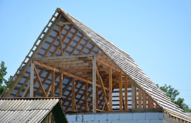 Costruzione di costruzione del tetto della soffitta della casa con le capriate, fasci di legno, memmbrane d'impermeabilizzazione immagini stock libere da diritti